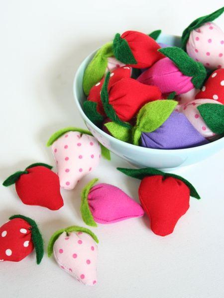 Erdbeeren selber nähen für die Kinderküche