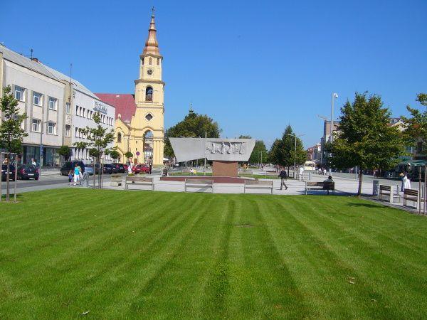 """Popri najväčšom hrade a najväčšej železničnej stanici sa Mekka Stredoslovákov pýši aj ďalším """"naj"""". Zvolen má najväčšie námestie na Slovensku. Ako ináč by sa malo nazývať, než Námestie SNP."""