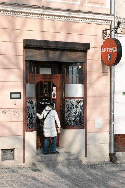 Dzisiaj zakończyła działalność najpiękniejsza w Bielsku-Białej apteka działająca w kamienicy przy ul. Rynek 15. Funkcjonowała w tym miejscu od 1769 roku. Miłośnicy historii apelują do władz miasta i radnych, by udało się ocalić choć jej wyposażenie.