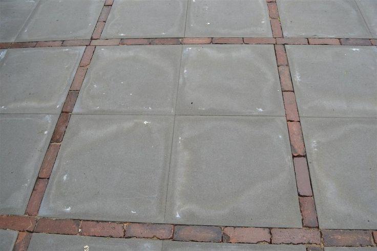 14 - Het resultaat, betontegels grijs zonder facet 60x60x5 (€13,-/m2) met een dikformaat gebakken 7 duimer tussen de tegels verwerkt