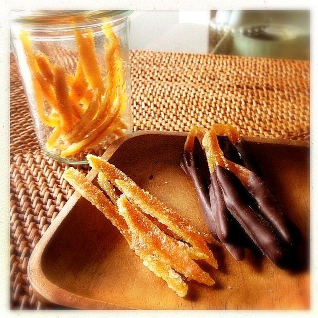 無農薬のポンカンとネーブルを使ったピール。砂糖なしはビターチョコを付けてショコラオランジェに。 (∩´∀`)∩ - 55件のもぐもぐ - 自家製オレンジピールとショコラ オランジェ/homemade orange peels and orange et chocolat by ペンギン