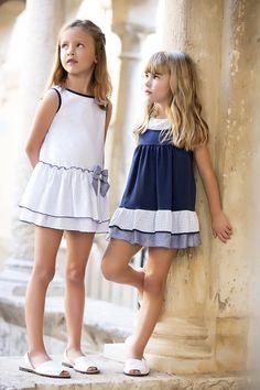 Monísimos vestidos en blanco y azul marino.                                                                                                                                                      Más