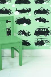 Behang met snelle auto's, vliegtuigen en raketten op groene achtergrond voor een stoere jongenskamer. Premium Quality 165 grams Vliesbehang. Full color met supermatte uitstraling. Zeer eenvoudig direct op de muur aan te brengen.  Afmetingen: 146,1 x 280 cm (b x h), een rol bestaat uit drie banen van 48,7 x 280cm (b x h). Merk: KEK Amsterdam. Levertijd: 1 week. Toys for boys behang groen KEK Amsterdam