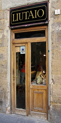this tiny workshop is the 'Liutaio' - the lute maker - at the end of via dei Neri, behind the town hall in Florence - Firenze #TuscanyAgriturismoGiratola