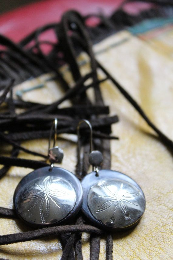 A pair of beautifully hand crafted etched ebony Tuareg tribe earings. The Tuareg or Touareg are called the blue people because of the indo fabic which rubs of on their skin. True nomads of the Sahara who are famous for their silver jewellery, writing boards, tent pegs and camel leather pieces. Genuine jewelry from the Sahara desert.  This is a genuine piece of jewellery made in the Sahara. The earings hang, from the top of the ear wire, approx 4.5 cm, (1.75 inches).   Thank you for visiting…