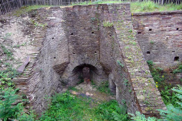 Four à chaux (44460 Avessac) vestige spectaculaire de l'activité chaufournière : on transformait ici, en la chauffant, la pierre calcaire en chaux, le seul liant de construction que l'on connaissait jusqu'au début du XIXe siècle.