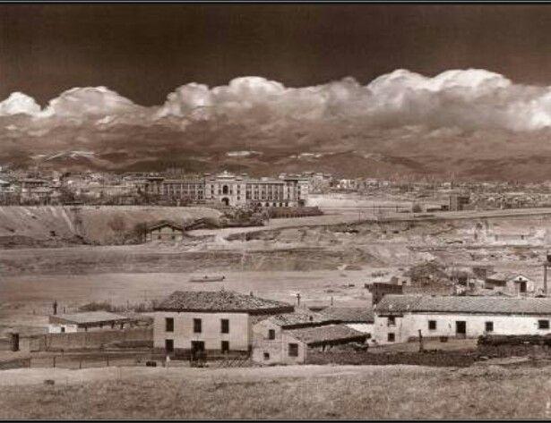Vaguada del Arroyo Abroñigal. Al fondo la Plaza de Toros de Las Ventas y en primer plano las Vaquerias y Almacenes de Traperos, lo poco que había por aquellos años en La Elipa 1930.