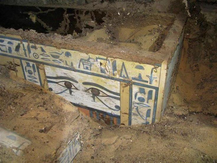 Los sarcófagos, de madera de cedro del Líbano, están tallados y presentan escrituras jeroglíficas que permitieron identificar a Sattjeni y datar la tumba. Foto: EFE