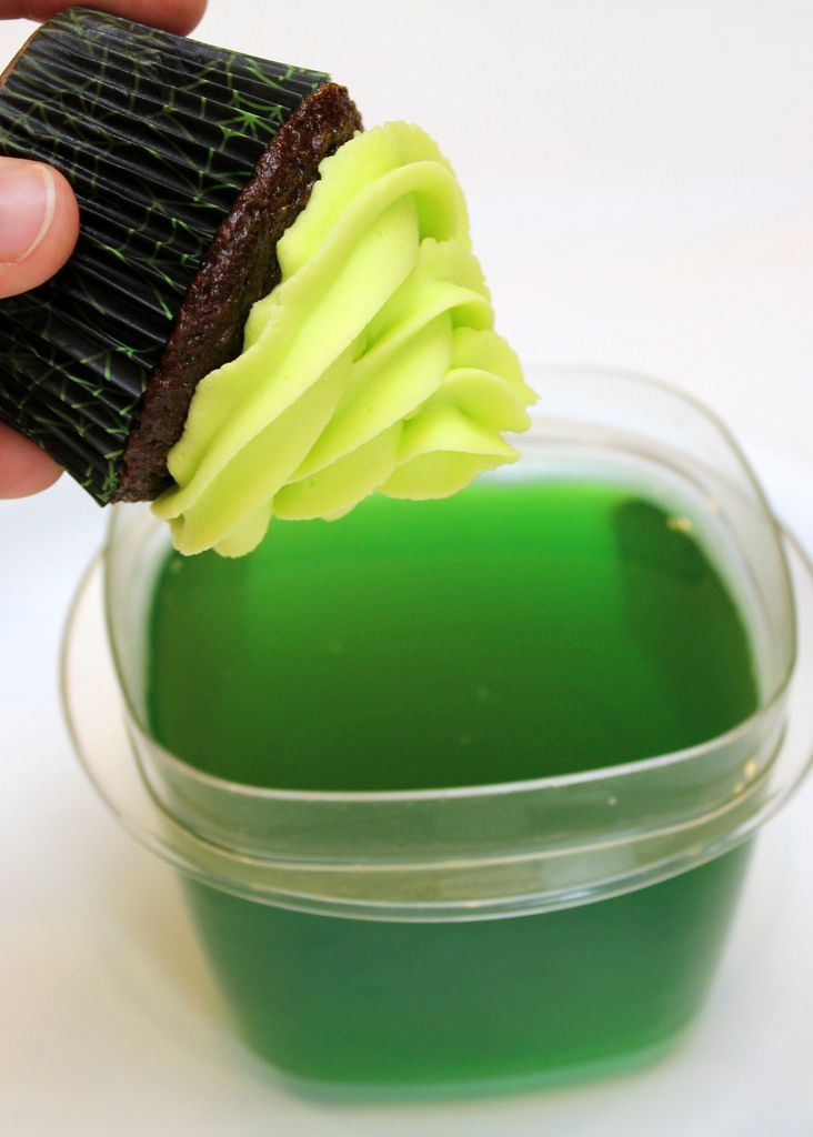 Glow in the dark cupcake frosting using tonic water and jello.... MIND BLOWN