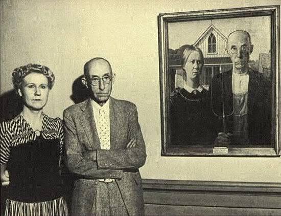 """Los modelos Nan Wood Graham (hermana del pintor) y Dr. Byron McKeeby (dentista del artista) con  """"Gótico americano"""" de Grant Wood"""