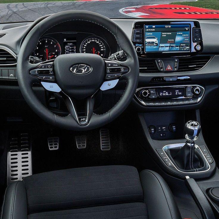 Hyundai i30 N 2018 Olha o interior do primeiro carro de alta performance da grife 'N' da Hyundai. A letra remete a Namyang na Coreia do Sul centro mundial de design da Hyundai e também a Nürburgring a mais desafiadora pista do mundo onde os carros são testados. O i30 N passou por mais de 10 mil km de testes na através da Nordschleife em Nürburgring.  Carro é equipado com poderoso motor 2.0 turbo com duas calibragens: 250 cv ou até 275 cv com o Performance Package. Nos dois casos torque de…