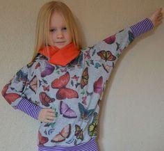 RaFleLoKa+Girlz Ein+komischer+Name+für+ein+Shirt/Hoodie,+der+aber+eigentlich+ganz+einfach+ist: Ra(Raglan)+Fle(Fledermaus)+Lo(Loop)+Ka(Kapuze/Kragen).++ RaFleLoKa+kann+aus+weich+fallenden+Jerseys+zu+einem+süßen,+eleganten+oder+edlem+Shirt+oder+gar+einem+Kleid+werden,+oder+aus+Sweat,+Alpenfleece+usw.+zu+einem+coolen+lässigem+Hoodie. Mit+Loopkragen,+Kapuze+oder+überlappener+Kragen,+mit+oder+ohne+Taschen... ...der+Fantasie+sind+keine+Grenzen+gesetzt! Wandelbar! Für+Anfänger+geeign...