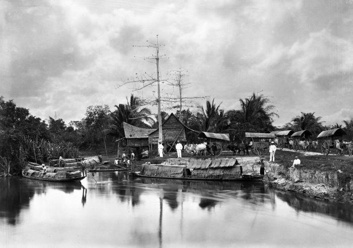 1890-1905: Memindah tembakau dari gerobak sapi ke perahu di Tanjung Kasau, (Kab. Batu bara) Sumatera Utara. Juru foto: Stafhell & Kleingrothe Studio Foto.