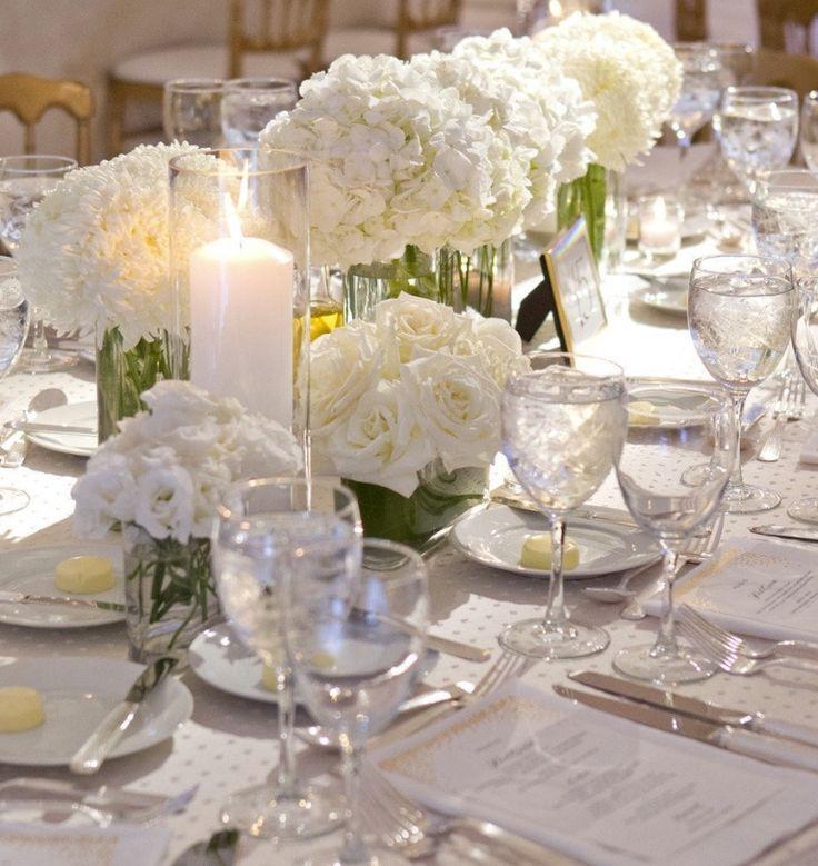 Matrimonio: centrotavola vasi cilindrici di vetro con fiori in bianco. Decorazione su Linea continua, ricca