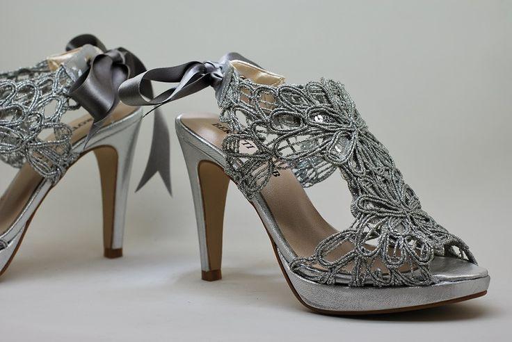 Sandalia de vestir realizada en una fantasía plateada con planta de piel. Disponible en www.dicarolo.es