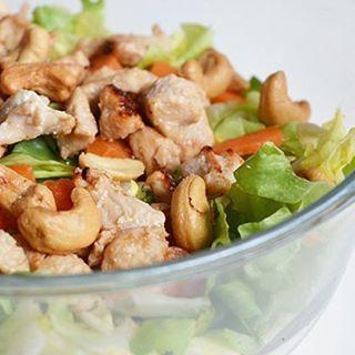 Een recept voor een Thaise kipsalade. Een gezonde Oosterse salade met pulled chicken, groenten, pinda's en een sausje van sojasaus en pindakaas.