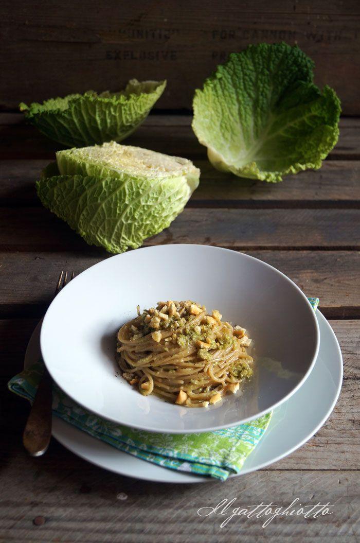 Spaghetti integrali con verza, acciughe e briciole di rubatà