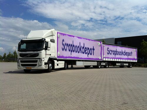 Onze vrachtwagen wordt geladen voor de Kreadoe 2015