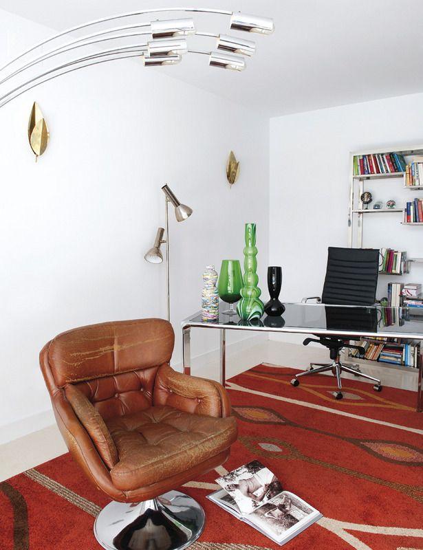 El despacho se ha equipado con míticas piezas, como la Aluminium Chair, de Charles & Ray Eames, y otros muebles de diseño, como la estantería, de Milo Baughman, o la butaca giratoria de cuero, de Henry W. Klein. Los apliques dorados de la pared son de Tommaso Barbi.