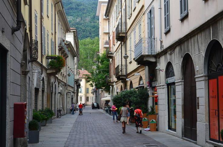 İtalya'nın gözde kentlerinden modanın merkezi Milano'ya bir saat uzaklıkta, İsviçre sınırına yakın Como şehri, huzur ve mutluluğun merkezi. Kuzey İtalya'nın biricik Como gölünün kıyısına kurulmuş olan Como'dan ışık dolu kareler… Como, Milano, Italy