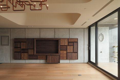 photo(C)Kyle Yu ノイズアーキテクツが設計した台湾・台北市の「瑞安街のアパートメント」です。               以下、建築家によるテキストです。 ************ 瑞安街のアパート—カプセル・アパートメント 台北のアパートメントのリノベーション・プロジェクト。クライアントは我々に、親密な雰囲気と開放性を併せ持つ空間を希望された。「Intimacy=親密さ」がキーワードとなった。 我々は、様々な素材でできた独自のスケール感およびテクスチャーを持つカプセル−すなわち小さな部屋、あるいは構成要素−をあちこちに配置した。 リビングルームは天井に大きなふたつのアルコーブを内包しており、それぞれの下の領域がゆるやかに「部屋」として位置づけられている。各アルコーブは深い奥行きを持ち、スムーズな曲面で囲まれており、垂直方向に空間が繋がり浮遊する感覚を生み出し、既存の建物の天井高さの低さも緩和されている。…