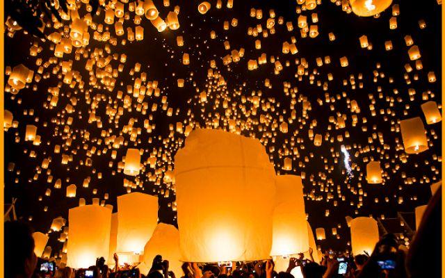 Festival delle lanterne: quando il cielo della Thailandia si illumina di luci colorate Si chiamano Khom Loi e vengono lanciate in aria in una coltre di luci danzanti: è il festival delle lanterne. Meglio conosciuto come Yi Peng, si tiene in Thailandia precisamente a Chiang Mai, ed è un #festival #lanterne #tailandia