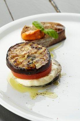 RECEPT. Aubergine-burger met tomaat, mozzarella en basilicum