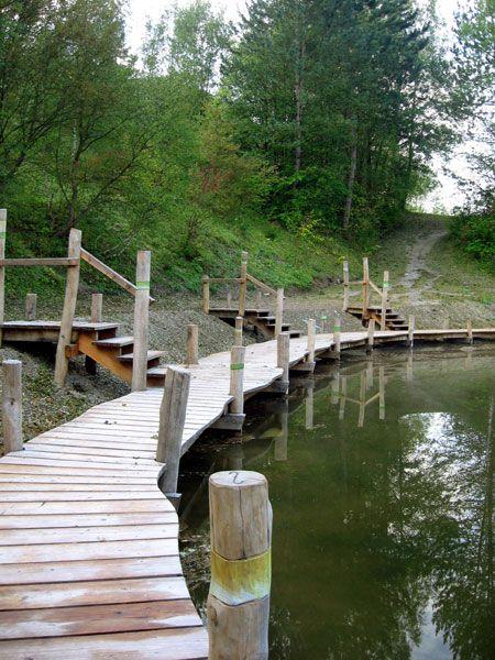 Der Badesteg aus Robinienholz und Lärche in Witzenhausen