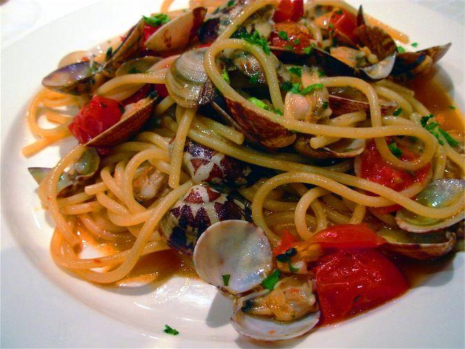 spaghetti allo scoglio.. frutti di mare.. sughetto delizioso.. tipico cibo italiano della costa..
