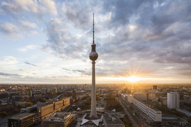 Bei einem Städte-Trip hilft es immer, sich einen Überblick zu verschaffen. Und wo ginge das besser als von Türmen, Kirchen oder Hügeln? TRAVELBOOK hat für die deutsche Hauptstadt Berlin die besten Aussichtspunkte zusammengetragen.