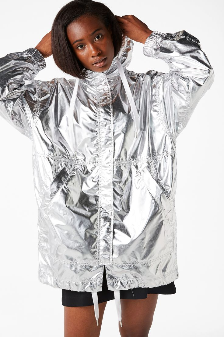 Hey there, silver belle. A lightweight silver anorak with snap fastening. Functional pockets, super wide drawstrings at the neck and bottom mean you can style it shorter.