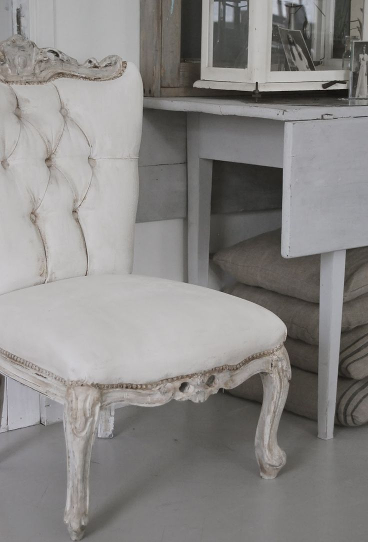 the chair, after being painted with chalk paint(velvet fabric was painted over, as well)....HVÍTUR LAKKRÍS