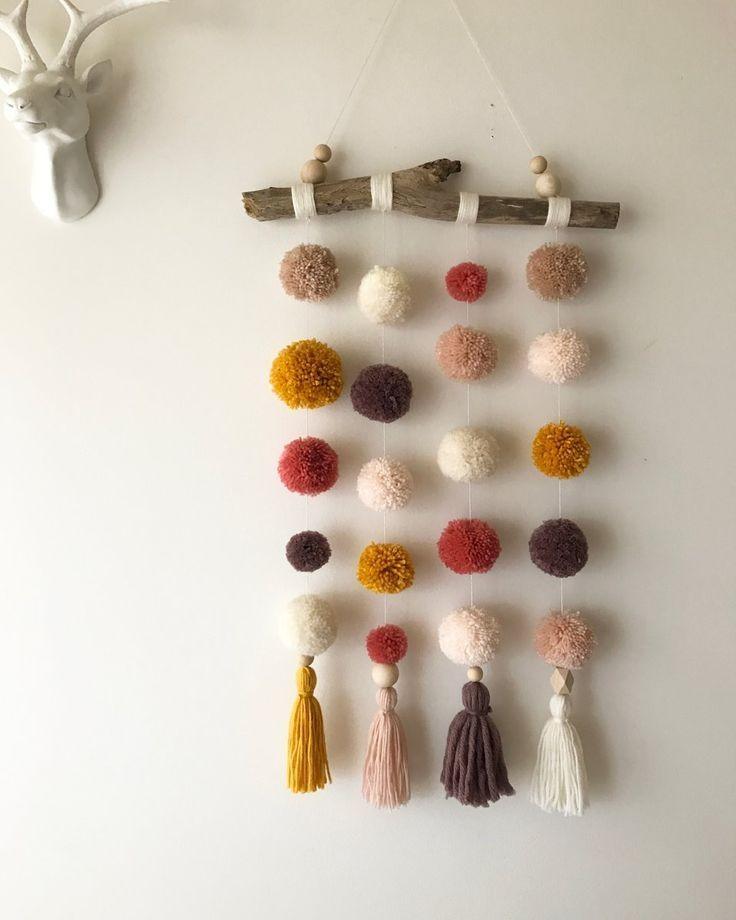Wunderlicher Pom Pom-Aufhänger mit teilweise mit Wolle umwickeltem Treibholz, natürl