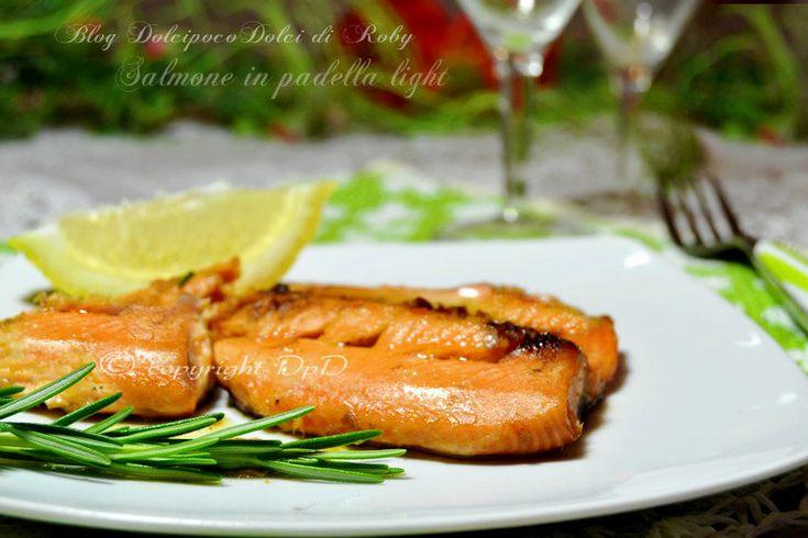 Salmone in padella light è un secondo piatto da fare in 15 minuti, cotto in ghisa #SenzaOlio solo con uno sciroppo di acqua e limone...   QUI la Ricetta  http://blog.giallozafferano.it/dolcipocodolci/salmone-in-padella-light/