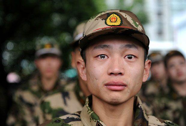 Recruta chinês da polícia paramilitar sendo enviado para uma missão na província de Zhejiang, 2010. Muito o que suportar?
