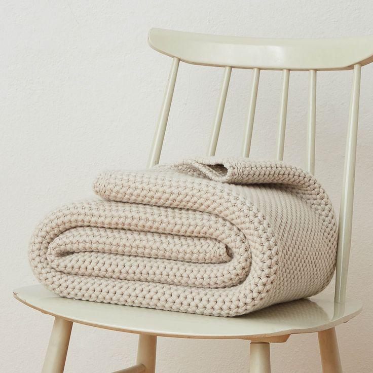 Beste Merinowolle wird von unseren Partnern in Italien zu dieser stilvollen Decke in Grobstrick verarbeitet. Das unifarbene Design lenkt nicht vom hochwertigen Material und der dekorativen Verarbeitung im Honigwaben-Muster ab. Genießen Sie mit Arpina erholsame Momente in Ihrem Zuhause.