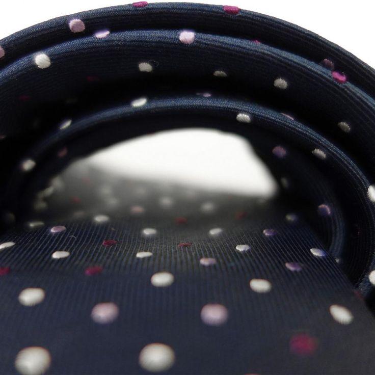 Wunderschönes dunkel blau mit farbigen Punkten. Diese schmale Krawatte ist ein echter Hingucker. Sieht auf den ersten blick etwas verspielt aus, passt aber trotzdem zu Anzug oder Jeans und Sakko.