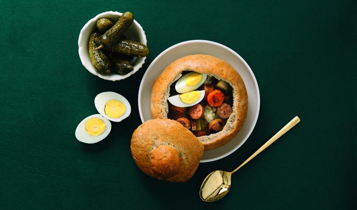 Surdeigssuppe, eller «Żurek», er en polsk spesialitet. Den krever litt forberedelsestid, surdeigen skal nemlig stå og gjære i 3-5 dager - men det er absolutt verdt det. Bruk et desinfisert Norgesglass eller et stort syltetøyglass til å lagre surdeigen på. I Polen serverer de ofte suppen i «brødskåler», men den er like god i vanlig suppebolle. Oppskriften er hentet fra boken Smak. Foto: Anne Valeur/J-M Stenersens Forlag AS.