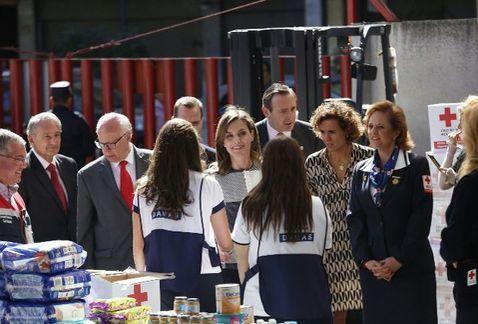 La reina Letizia Ortiz visitó en las instalaciones de la Cruz Roja Mexicana, en donde le explicaron el sistema de embalamiento de las cajas de ayuda