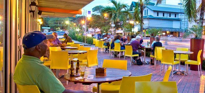 Tangelo is gelegen voor het bekende Torarica Hotel waar het ook een onderdeel van is. De van 's morgens vroeg tot 's avonds laat drukbezette eetgelegenheid