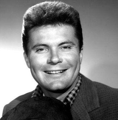 MAX BAER Jr est un acteur, réalisateur, scénariste et producteur américain, né le 4 décembre 1937 à Oakland, Californie. Max Baer Jr. est le fils du champion du monde des poids lourds de boxe Max Baer. Filmographie connue : -1967 La Poursuite des tuniques bleues (A Time for Killing) de Phil Karlson. -1974 Macon County Line de Richard Compton.