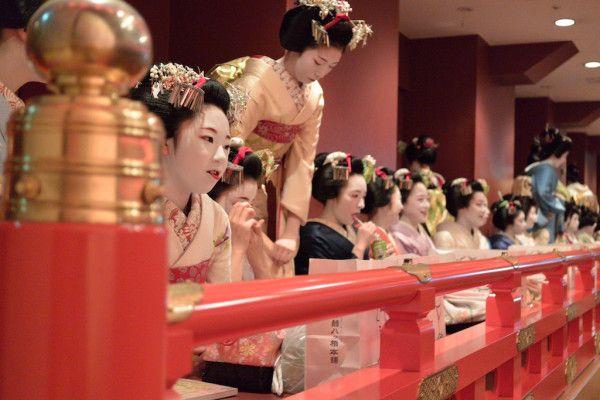 京都南座 宮川町舞妓芸妓総見,桟敷の擬宝珠が独特の雰囲気を醸し出す kabuki - kyoto