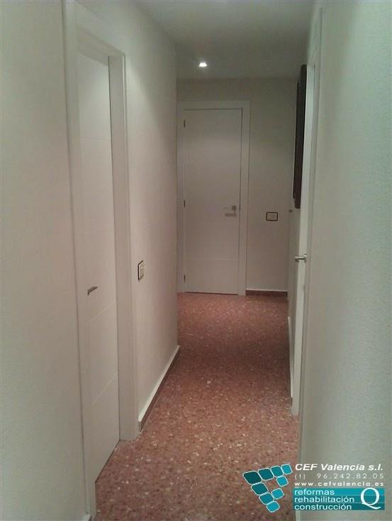 Aquí os dejamos un trabajo realizado hace pocos meses. Se trato de una reforma parcial de una vivienda en Valencia. La imagen muestra como quedó el pasillo una vez finalizada la sustitución de todas las puertas por otras lacadas en blanco. Preciosas, no? www.cefvalencia.es/reformas-integrales.html
