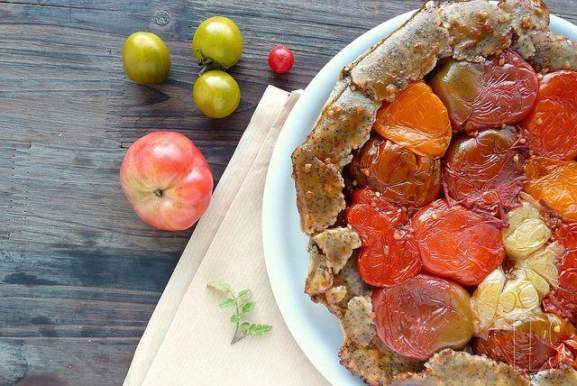 Tatin de tomates anciennes, pâte sans gluten à la farine de pois-chiche et au pavot