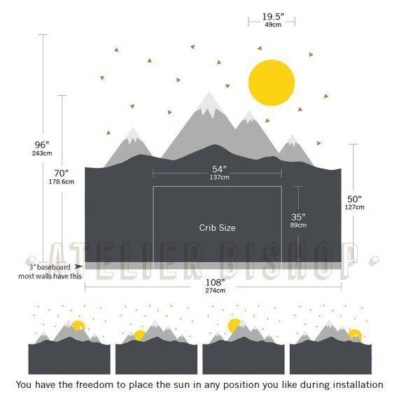 Skandinavischer Berg mit Sonne und goldenen Dreiecken Wandtattoo