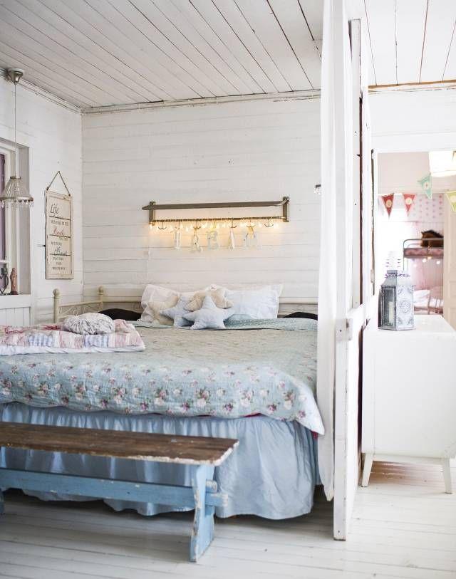 Makuuhuone vanhassa hirsitalossa   Unelmien Talo&Koti Kuva: Hanne Manelius Toimittaja: Ilona Pietiläinen