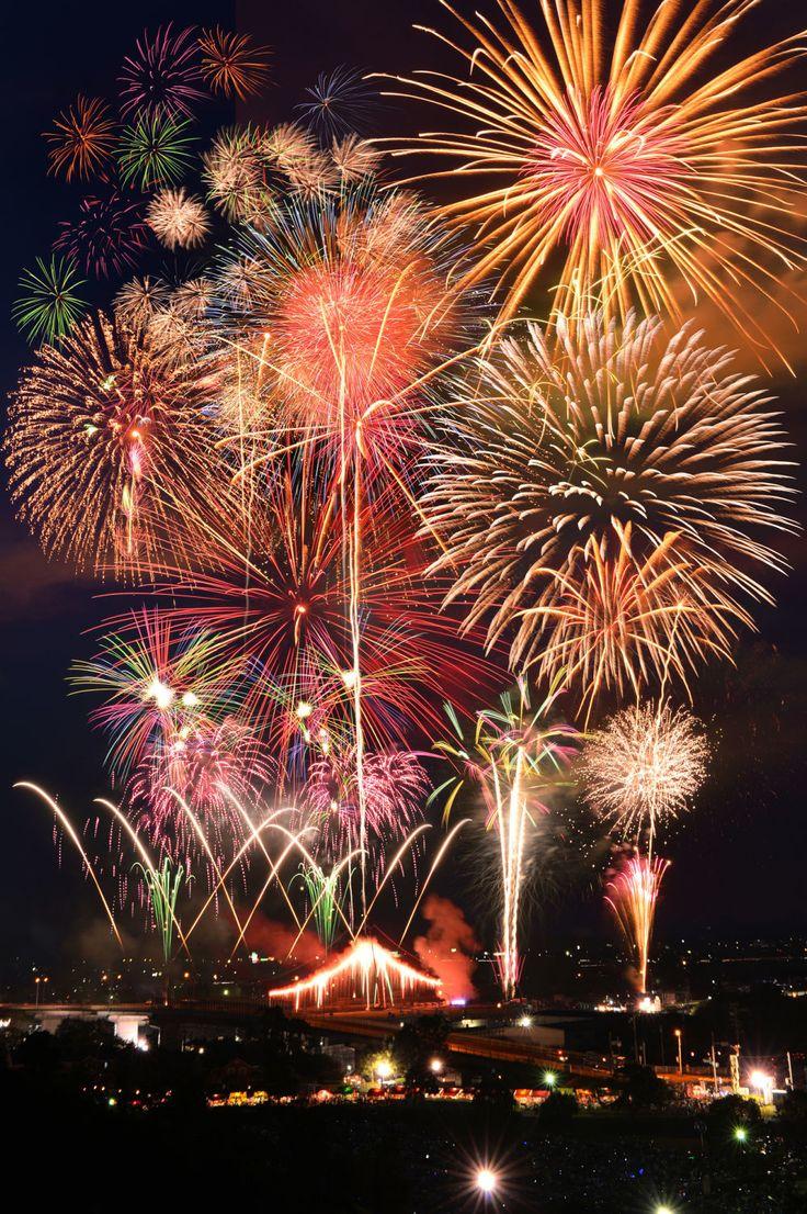日本には全国に美しい花火大会があります。ここではプロの花火師が選んだ美しい花火大会10選をご紹介します。(Yahoo!ランキングより)第1位 長岡まつり 大花火大会新潟県長岡市・信濃川で毎年2日間に渡って開催される日本三大花火大会のひとつ。100年以上続いている伝統的な花火大会で、長岡空襲や中越地震などへの慰霊・復興の想いも込められています。見どころは600m上空に打ち上げられる巨大な「正三尺玉」や5箇所から5色で登場する「ワイドスターマイン」など。例年、信濃川の両岸に多くの観光客が訪れます。まさに夜空をキャンパスにした芸術作品です。慰霊の意味も込められた花火は、長岡空襲が始まったのと同..