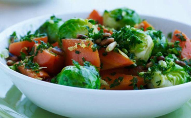 SMAG salat: halve rosenkål, skiver af tilberedte gulerødder, radiser, hakket spidskål, en anelse dild, tørrede tranebær, og sesamfrø. (Server evt en sød Kartoffel purre til.)