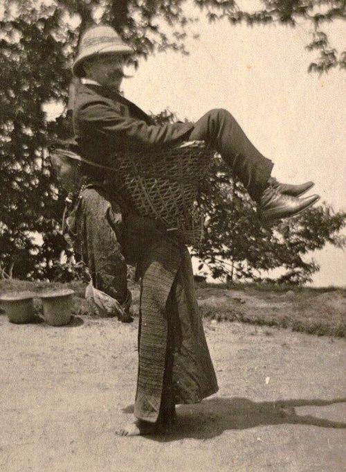 Le colonialisme dans sa splendeur. Un négociant britannique porté par une femme au Sikkim (nord-est de l'Inde) vers 1903. La grande différence avec le néocolonialisme, c'est qu'aujourd'hui les exploiteurs se déplacent en voiture de luxe.