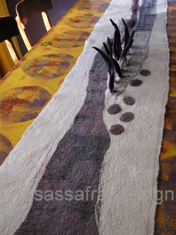Unieke hand gevilte tafelloper met schitterend bewerkt oppervlak, gemaakt van hand geverfde merinowol, linnen en zijde.  Afmetingen: lengte 200 cm cm, breedte 36 cm